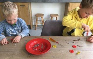 kinderen bezig met techniek